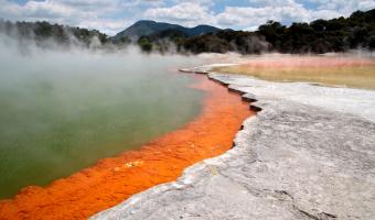 Nejkyselejší jezero světa občas hoří modrým plamenem