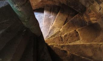Proč mají hrady schodiště pravotočivé?