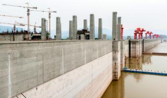 Napuštění největší přehrady způsobilo zpomalení rotace Země