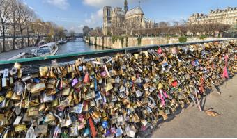 Láska přetížila známý most v Paříži